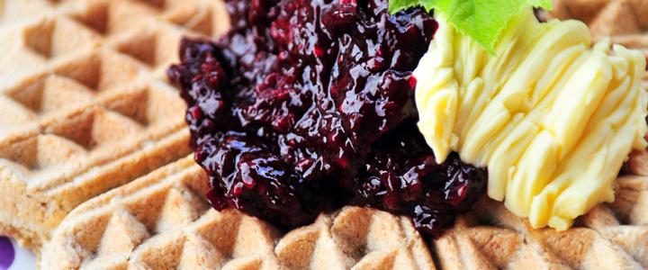 Glutenfreie Maniokwaffeln mit zuckerfreier, FODMAPs- & histaminarmer Brombeermarmelade